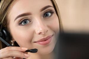 portret van mooie call center operator op het werk foto