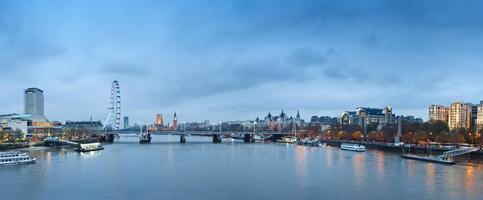 skyline van Londen bij nacht. foto