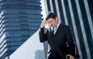 uitgeput bezorgd zakenman buitenshuis in stress en depressie foto