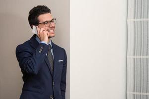 jonge zakenman aan de telefoon foto