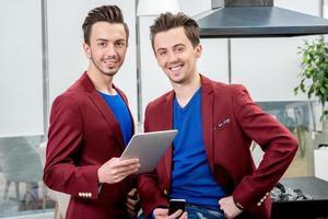twee broers tweeling werken in het restaurant foto