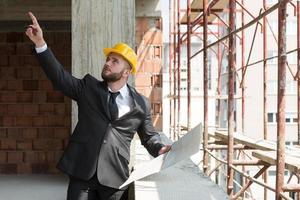 zakenman die op plafond richt foto