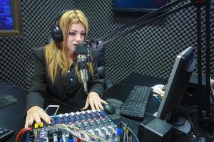 mooie vrouw geluid opnemen in de mediastudio