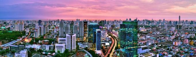 panoramamening van de stad van Bangkok scape bij zonsondergang, Thailand foto