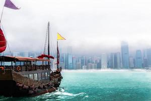rommelboot in hong kong stad foto