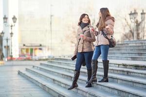 jonge vrouwen in de stad foto