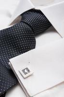 wit heren overhemd met een zwarte das foto