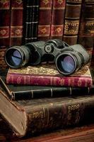 verrekijkers en oude boeken foto