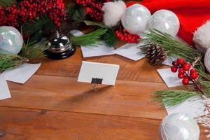 de houten tafel met kerstversiering foto