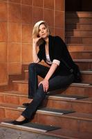 jonge zakenvrouw zittend op de trappen foto