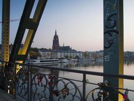 de Kaiserdom in Frankfurt, aan de rivier de Main bij zonsopgang foto