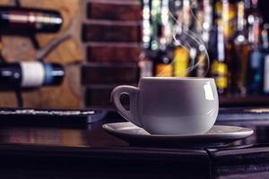 koffie en drinken. kopje koffie en cognac brandy whisky foto