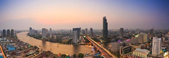 panorama uitzicht op bangkok in de schemering (thailand) foto