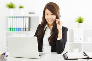 jonge zakenvrouw in hoofdtelefoon foto