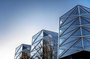 geometrische hoeken van moderne gebouwen. buitenshuis. foto
