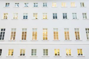 ramen aan de gevel van een modern gebouw foto