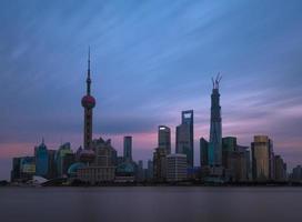 shanghai skyline bij zonsondergang foto