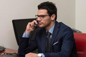 zakenman aan de telefoon foto