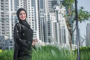 Dubai leven. Arabische zakenvrouwen in hijab is de straat Dubai foto