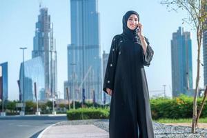 vrouwen in zaken in Dubai. Arabische zakenvrouwen in hijab praten foto