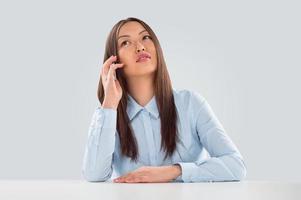 mooie zakenvrouw praten op mobiele telefoon foto