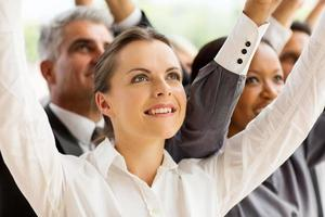jonge zakenvrouw armen omhoog foto