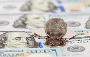 Russische roebels munten en dollar biljetten close-up foto