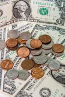 Amerikaanse dollarbiljetten met munten foto