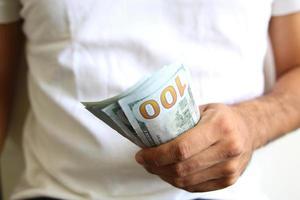 man met een spreiding van contant geld foto