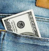 Amerikaanse dollars in de achterzak van jeans foto