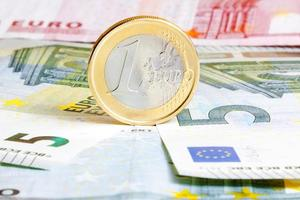 een euromunt op bankbiljetten foto