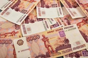 Russische roebels zijn neergelegd op een grijze achtergrond foto