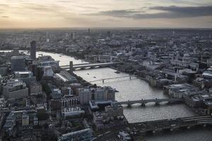 London City luchtfoto uitzicht over de skyline met dramatische hemel foto