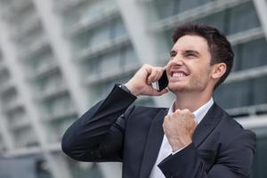 aantrekkelijke jonge man is geslaagd in zijn bedrijf foto