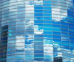 moderne ronde glazen gebouw in de stad. foto