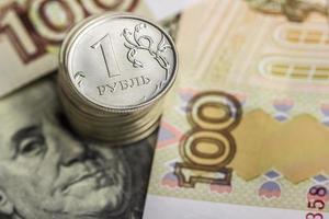 stapel munten op de achtergrond van Russisch geld foto