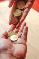hand toont geld voor hulp of spaardoeleinden foto