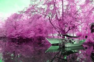 infraroodbeeld drijvende boot op de oever van de rivier foto