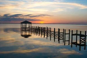 verlaten pier bij zonsondergang foto
