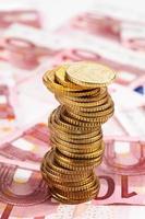 stapel euromunten op eurobiljetten foto
