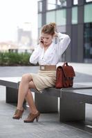 jonge zakenvrouw in gesprek met mobiel foto