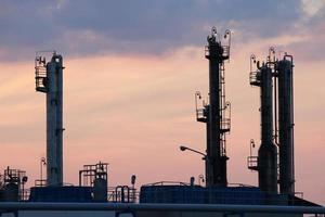 schemering over petrochemische fabriek foto