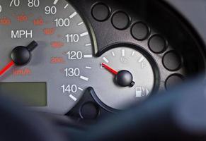 auto dashboard brandstofmeter. foto
