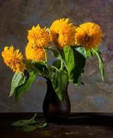 prachtige zonnebloemen in een vaas foto