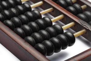 oude abacus oude klassieke close-up geïsoleerd op een witte achtergrond foto