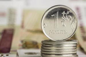 meerdere metalen munten van één roebel foto