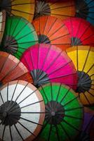 kleurrijke papieren parasols foto