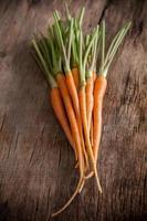 wortelen op een houten achtergrond foto