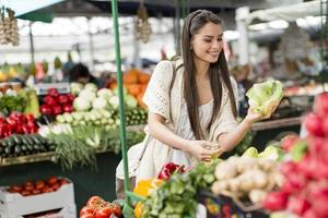 jonge vrouw op de markt foto