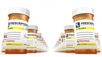 vooraanzicht van de lage hoek van pil flessen